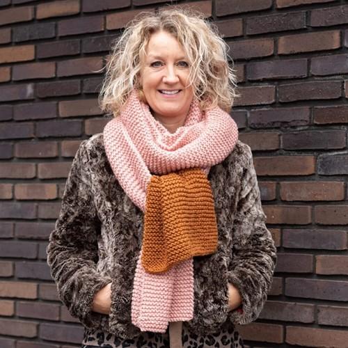 Yarn and Colors Simple Scarf Strick-/Häkelpaket 2 Satay