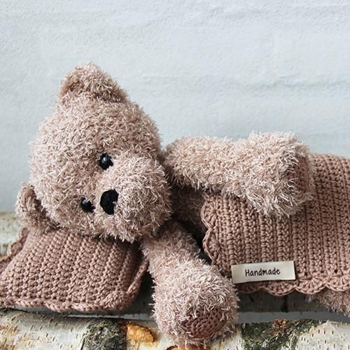 Go Handmade Häkelanleitung Teddy mit Decke und Kissen Braun